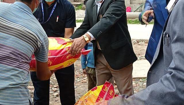 काठमाडौमा राहत बितरण गर्न सुरु,दलित आयोगका सदस्य पार्कीको पहलमा किर्तिपुरका ३२ घरधुरीलाई राहत बितरण